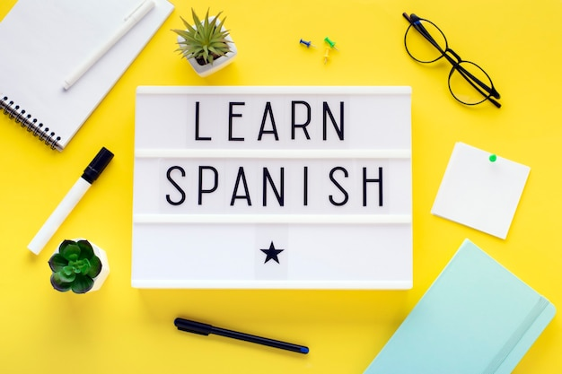 Cours d'espagnol en ligne concept d'apprentissage à distance.