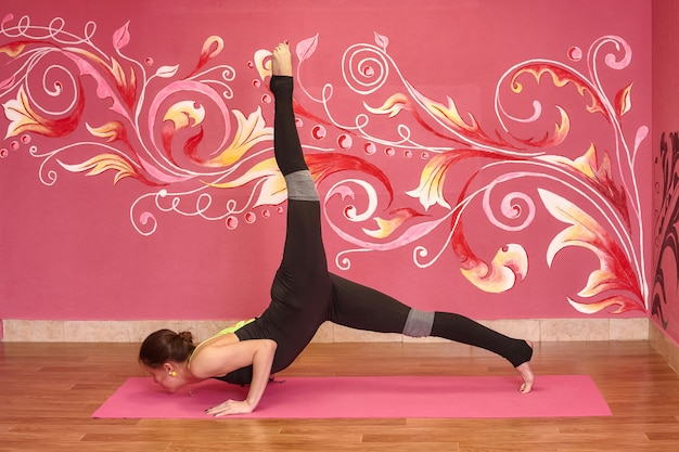 Cours de fitness ou de yoga, femme faisant de l'exercice