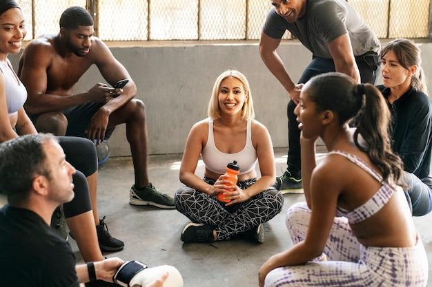 Cours de groupe d'entraînement au gymnase