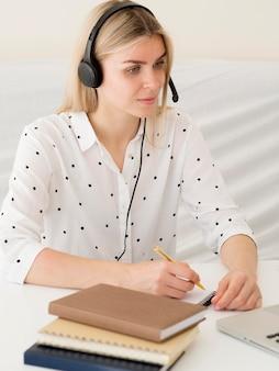 Cours en ligne avec des étudiants écrivant sur le bloc-notes