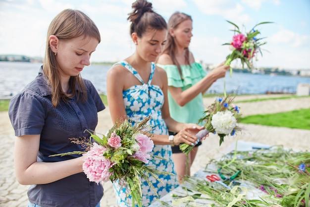Cours de maître sur la confection de bouquets. fleur d'apprentissage