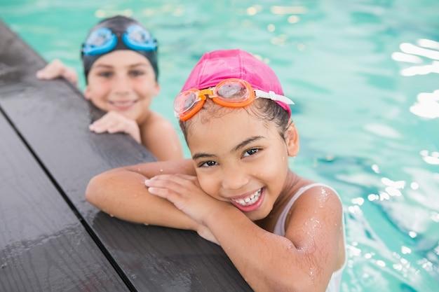 Cours de natation mignon dans la piscine du centre de loisirs