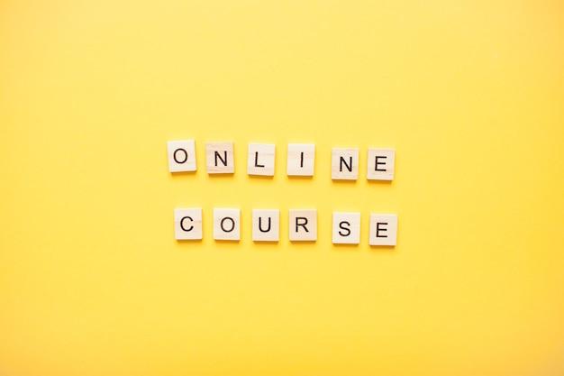Cours de phrase en ligne fabriqué à partir de blocs de bois sur un jaune clair
