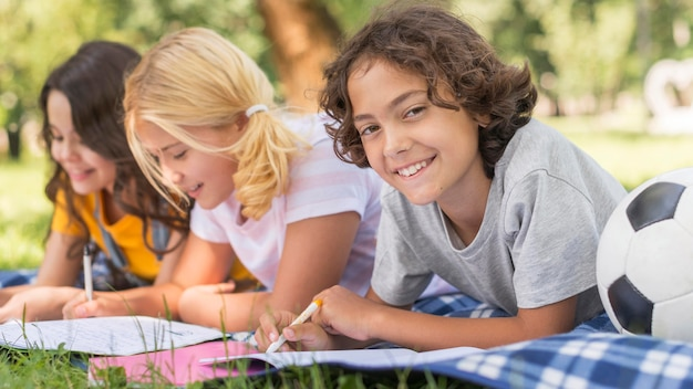 Cours pour enfants dans le parc