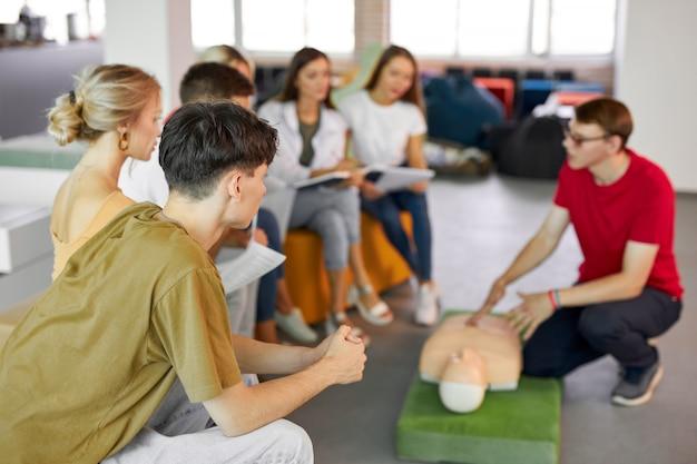 Cours de rcr avec un instructeur parlant et démontrant les premiers soins