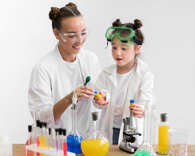 Cours de science avec petite fille