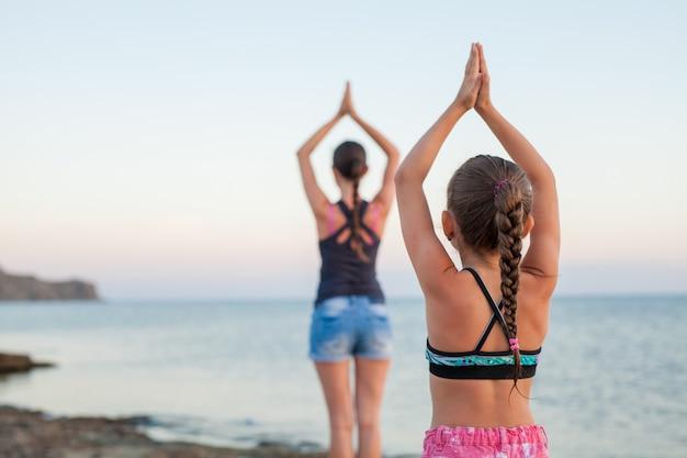 Cours de yoga au coucher du soleil.