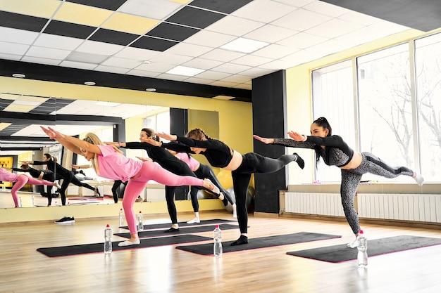 Cours de yoga en groupe avec instructeur