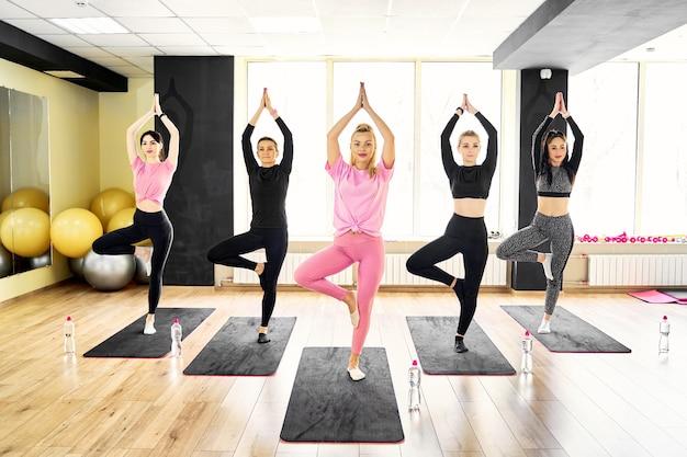 Cours de yoga en groupe