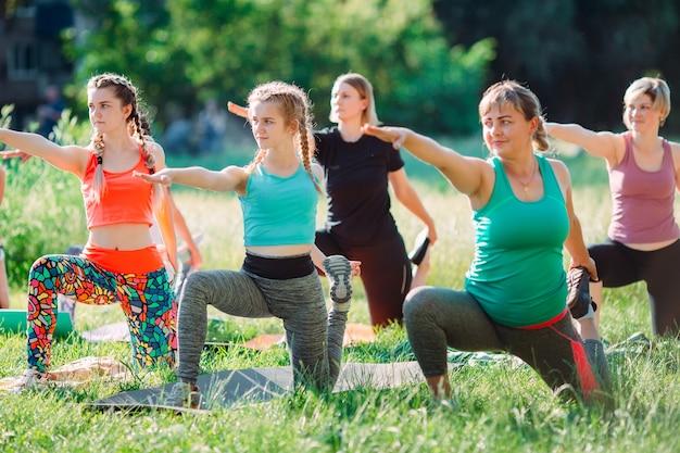 Cours de yoga en plein air. yoga pour les enfants