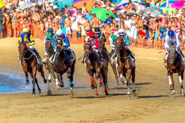 Course de chevaux sur sanlucar de barrameda, espagne