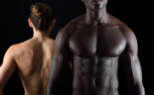 Course de couple mixte avant et arrière sur fond noir