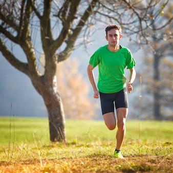 Course dans les montagnes d'un athlète s'entraînant à l'automne