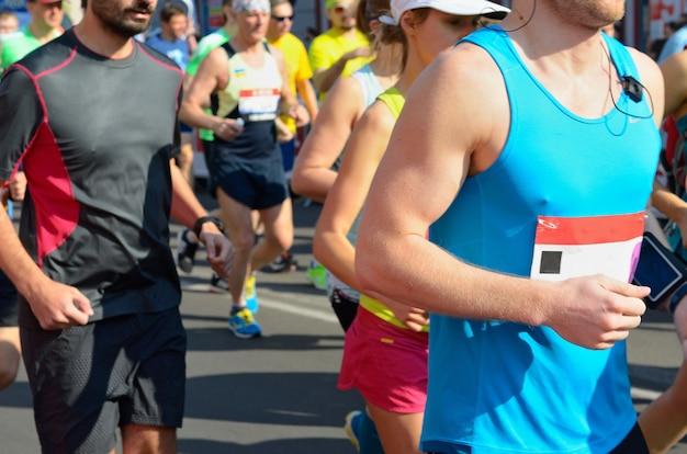 Course de marathon, coureurs sur route, sport, fitness et concept de mode de vie sain