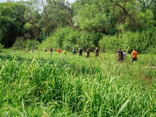 Course à obstacle. courir à travers le marais.