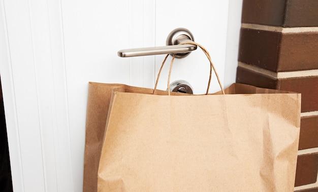 Le coursier a laissé la commande en paquet papier sur la poignée de la porte