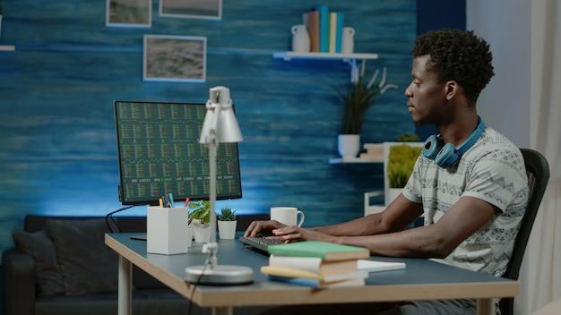 Courtier afro-américain travaillant avec des données boursières