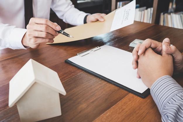 Courtier, agent, présentation, consultation, détail, client, à, décision, prêt immobilier, signature, contrat, formulaire