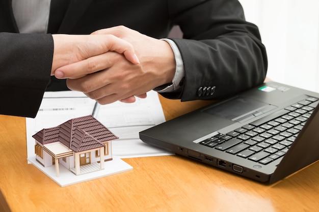 Le courtier et le client traitent le contrat immobilier