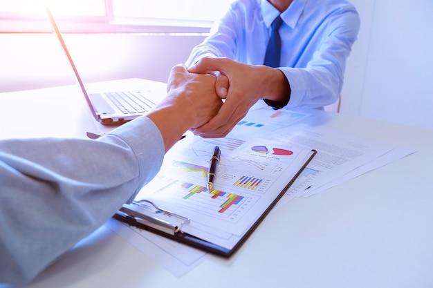 Courtier immobilier et client se serrant la main.