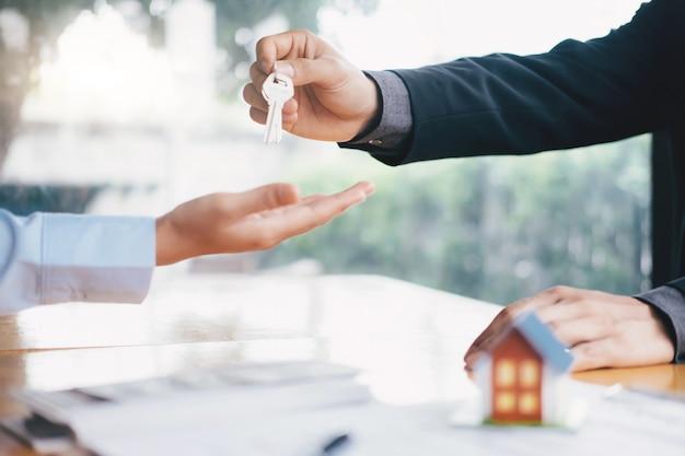 Courtier immobilier contrat de location de maison résidentielle.