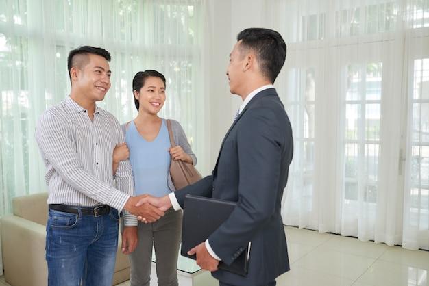 Courtier rencontre des clients
