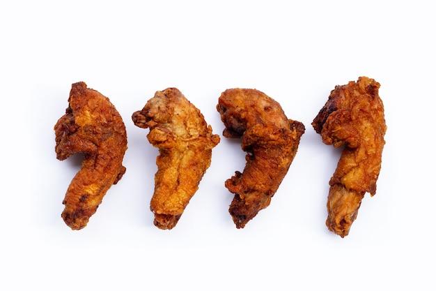 Cous de poulet frit sur fond blanc.