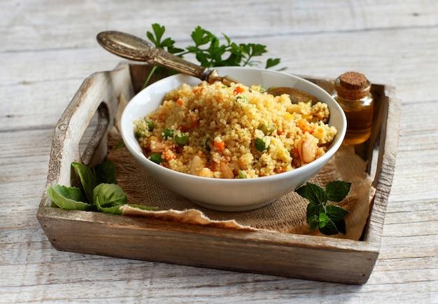 Couscous aux crevettes et légumes dans un bol