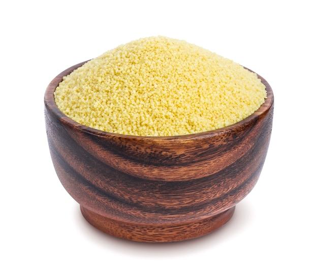 Couscous dans un bol en bois isolé sur fond blanc