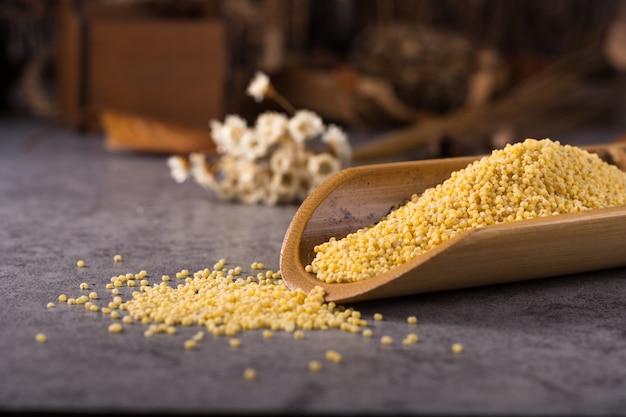 Couscous dans une cuillère en bois