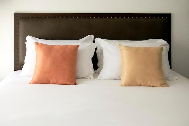 Coussin blanc et couleur dans la chambre