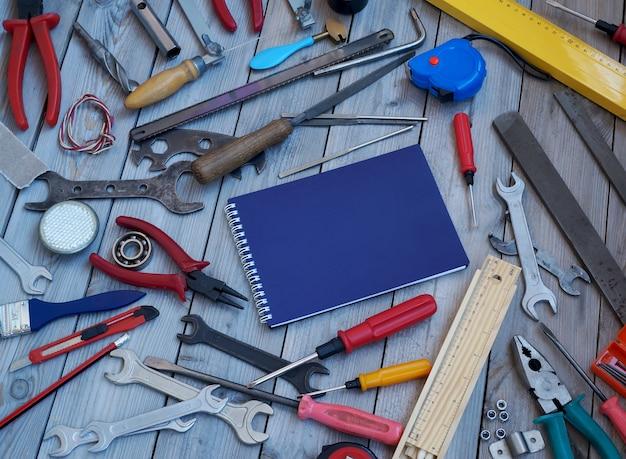 Coussin et outils sur un plancher en bois, vue de dessus.