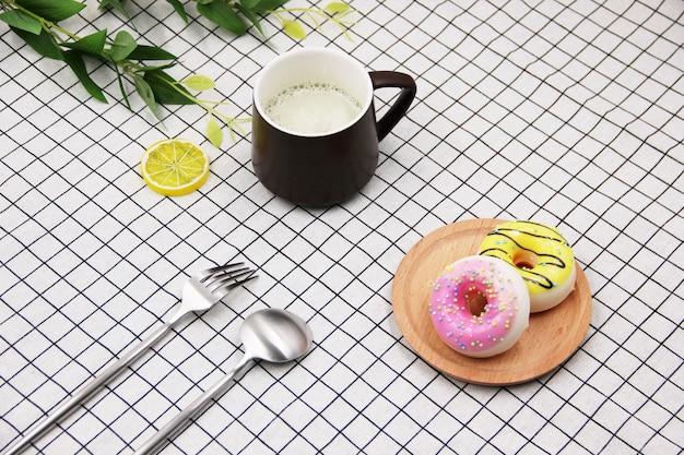Couteau de beignet fourchette tasse de lait de soja petit frais