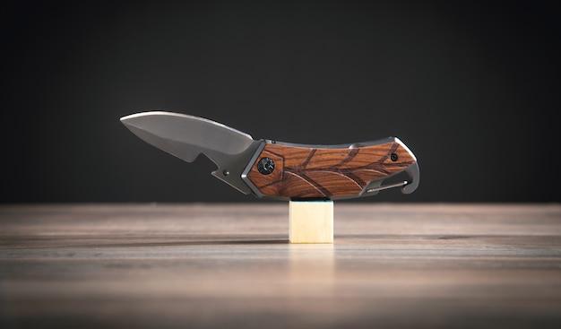 Couteau brun sur la table en bois.