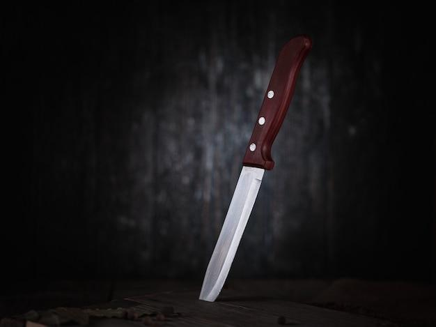 Couteau de cuisine dans une planche à découper