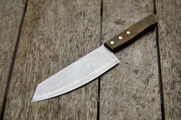 Couteau de cuisine sur fond en bois