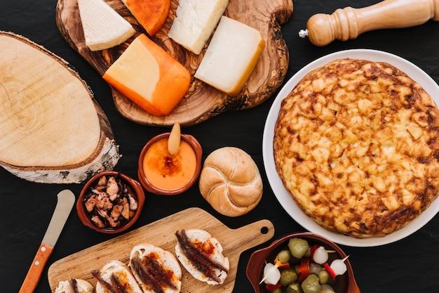 Couteau et épices près des aliments assortis