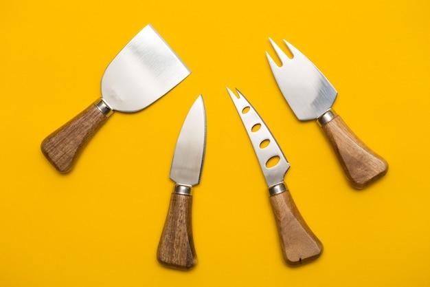 Couteau à fromage vintage sur fond jaune
