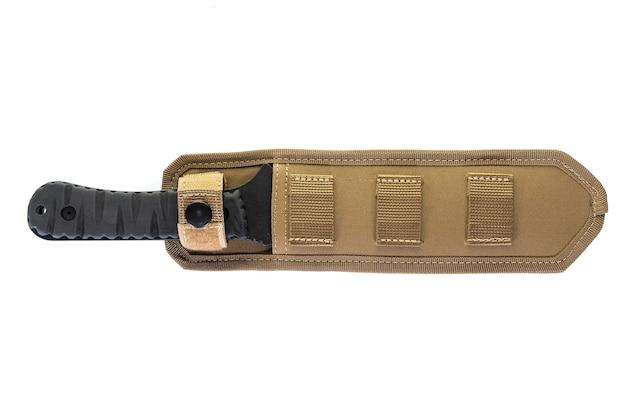 Couteau militaire jetant noir avec étui isolé sur une surface blanche