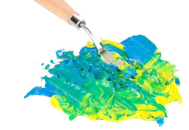 Couteau à palette de peinture avec de la peinture isolé sur blanc