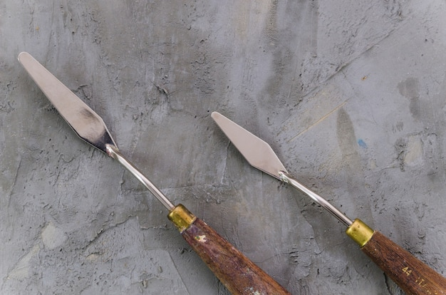 Couteau à palette vue de dessus sur fond de béton