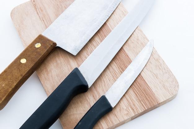 Couteau sur une planche à découper en bois