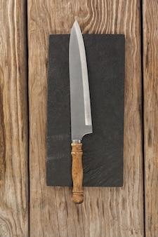 Couteau sur plaque d'ardoise noire