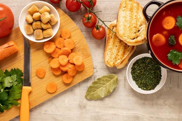 Couteau et soupe à la crème de légumes