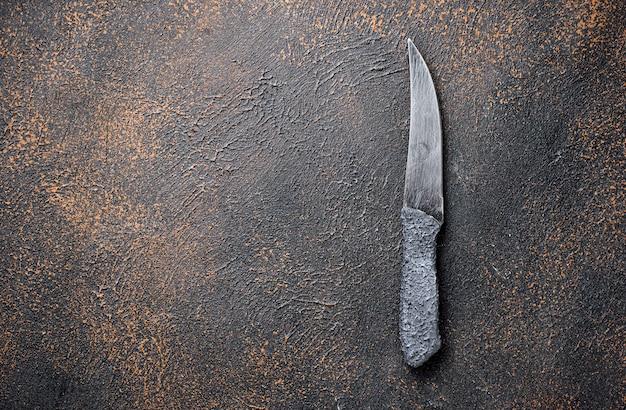 Couteau sur une table rouillée. fond culinaire