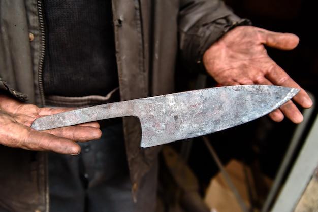 Couteaux de production, récolte dans les mains.