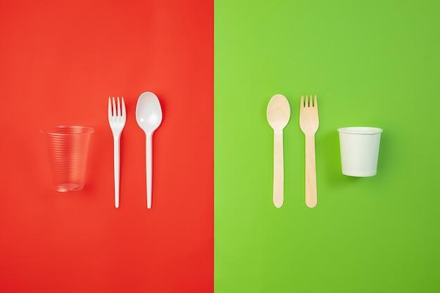 Coutellerie. vie respectueuse de l'environnement - les ustensiles de cuisine recyclés de fabrication biologique sont comparés aux polymères et aux analogues du plastique. style maison, produits naturels à recycler et non nocifs pour l'environnement et la santé.