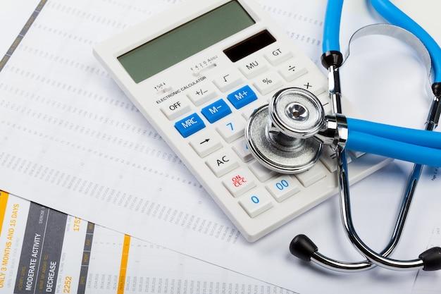 Coûts des soins de santé. stéthoscope et calculatrice