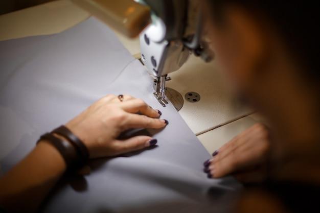 Couturière au travail, industrie de la couture