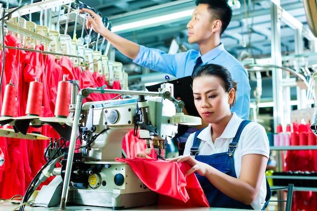 Couturière et chef de quart dans une usine textile